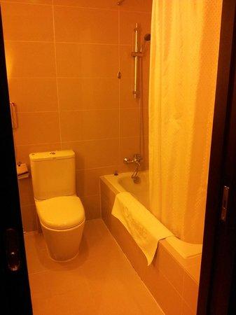 Hotel Royal at Queens: Bath room 1