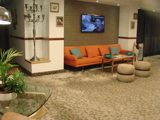 The Embassy Hotel: В холле
