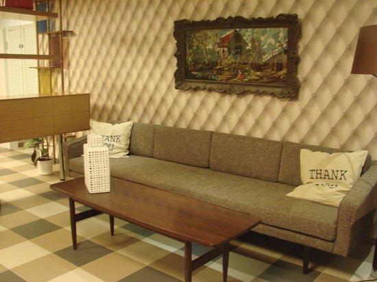 The Embassy Hotel: Диванчик в ресторане.