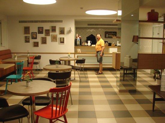 The Embassy Hotel: В ресторане. В любое время дня и ночи можно попить чай или кофе с печеньями