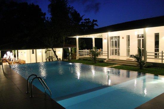 Beach Grove Villas: Pool & Villas 1, 2 (night view)