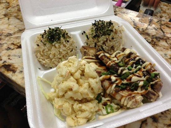Umekes Ali'i Plaza: grilled fish, macaroni cheese, coleslaw and brown rice