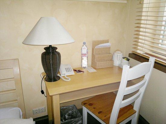 St. Peter's Boutique Hotel : столик для чая в улучшенном трехместном номере