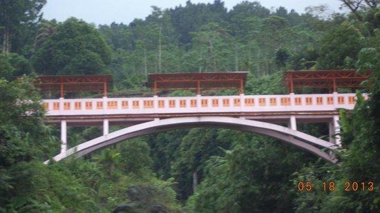 Purwokerto, Indonesia: di sini pernah dibangun jembatan gantung yang menghubungkan dua bukit di bawahnya mengnalir sung