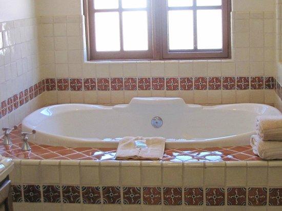 Tanque Verde Ranch: jacuzzi tub