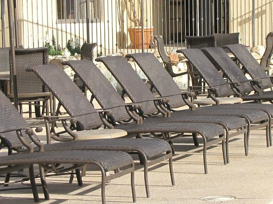 Tanque Verde Ranch: lots of pool lounge chairs