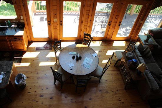 Dogwood Cabins at Trillium Cove: Dining area