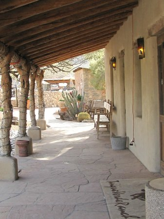 Tanque Verde Ranch: outside restaurant