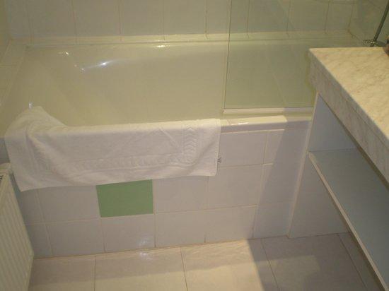 Hotel Meysset: Step down from the bath.