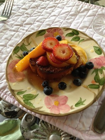 Jailer's Inn Bed and Breakfast: French toast for breakfast