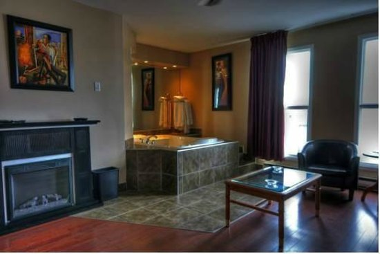 Motel Montcalm: View of our suite with jacuzzi bath and fireplace.