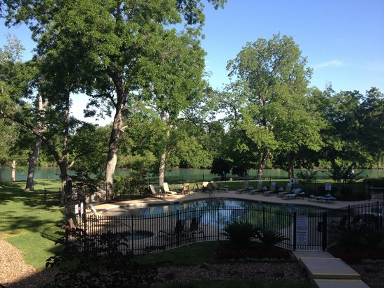 Courtyard by Marriott New Braunfels River Village : Pool and river view from back of the hotel