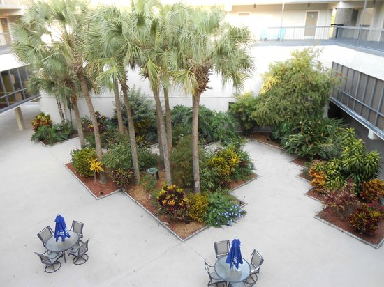 port labelle inn: Center courtyard