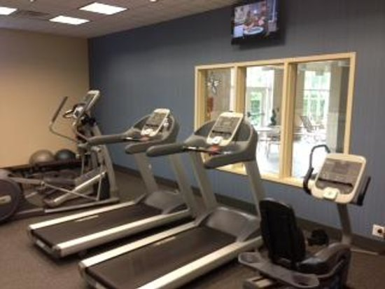 Hampton Inn & Suites Staten Island: exercise room