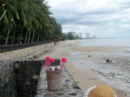 The Regent Cha Am Beach Resort: View of actual beach at  Regent  Hotel