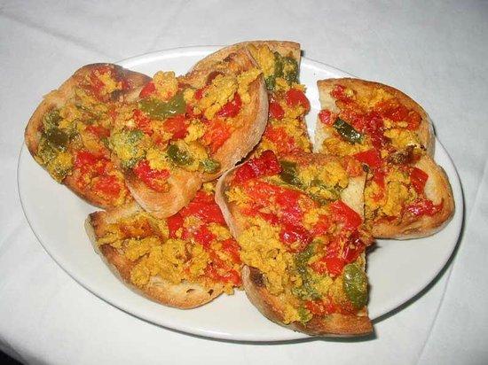 Agriturismo Il Contadino: Bruschetta con peperoni e uova