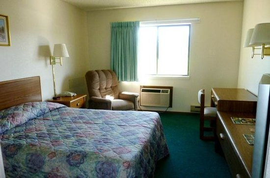 The Country Inn: Our cozy single occupancy room features one queen size bed.