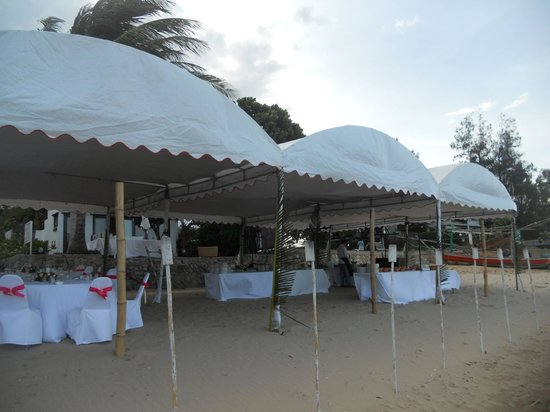 Aleenta Restaurant: Getting ready the beach wedding party
