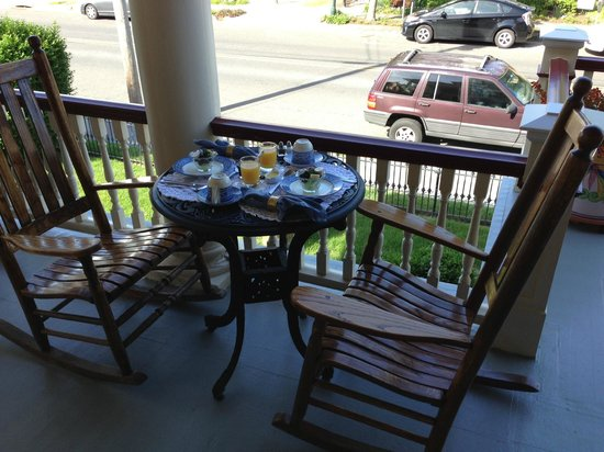 Humphrey Hughes House: Breakfast on the porch