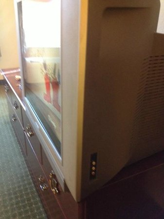 Red Roof Inn & Suites Biloxi: television-not a flat screen and handle on drawer missing screw