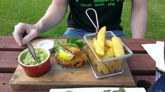 The Farmers Boy Pub and Restaurant: Loved the little chip basket!