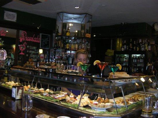 Hostal Paris : Bar underneath, breakfast as well
