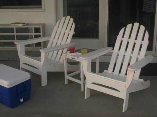 Crow's Nest Resort: Just outside the suite - adirondack chairs and a side table to enjoy the views