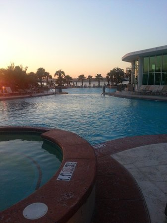 Caribe Resort: Sunset poolside