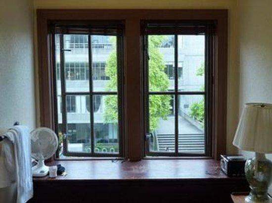 ذا كوليدج إن: Windows in the Room