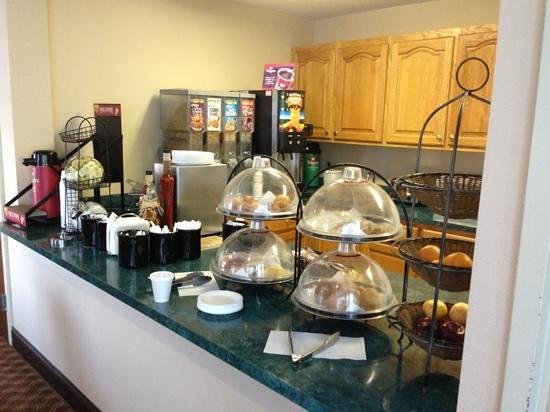 Ramada Limited Columbia: the breakfast bar on a Tuesday morning