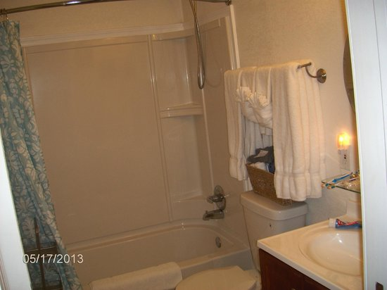 Cypress Creek Cottages: CLEAN bathroom