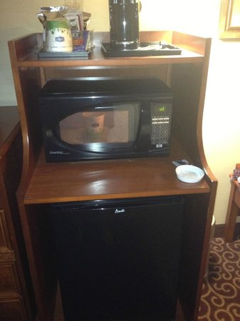 Hampton Inn & Suites Grove City: Mini fridge/microwave with snacks