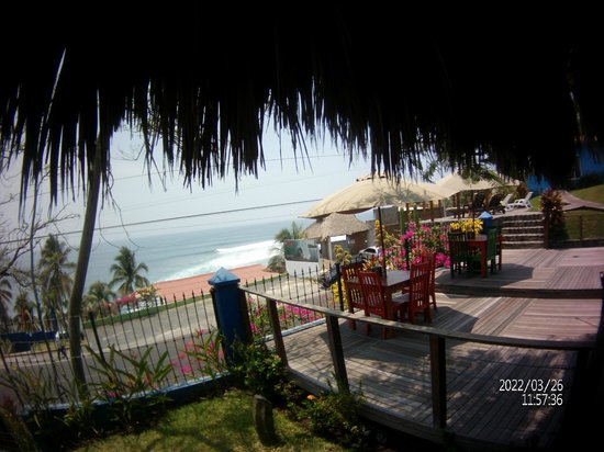 Kayu Resort: Kayu's Dining area overlooking the ocean.