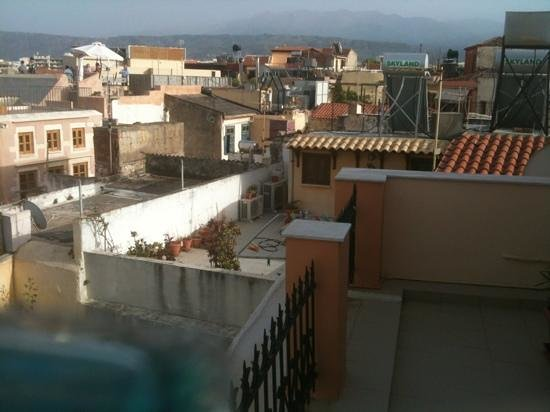 Silde Apartments : Utsikt från altanen mot bergen