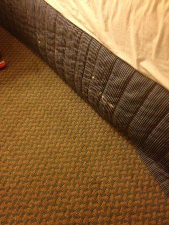 Hilton Garden Inn Ontario / Rancho Cucamonga : Bed skirt with paint on it