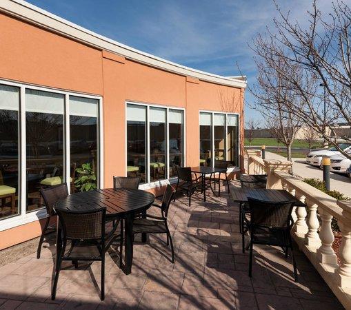 Hilton Garden Inn Merrillville: Patio Seating
