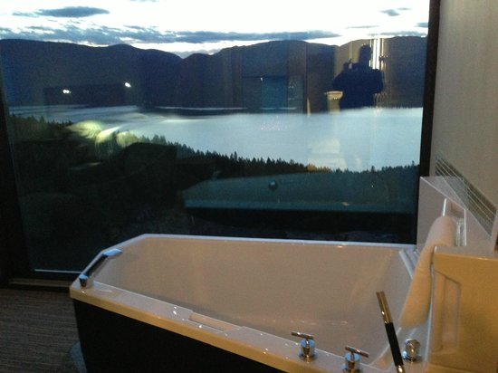 Sparkling Hill Resort: bath overlooking lake