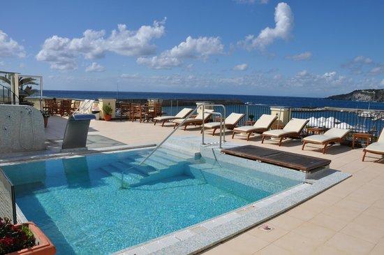 Hotel Villa Carolina: Panoramica di giorno del terrazzo dell'hotel