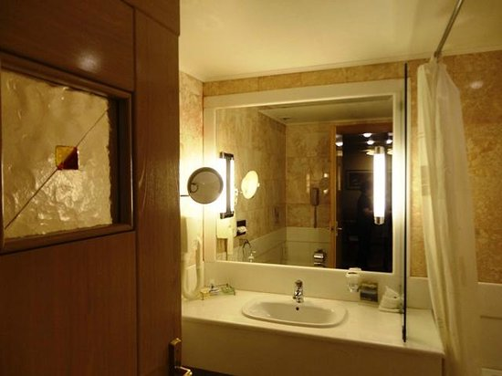 Holiday Suites: The Bathroom