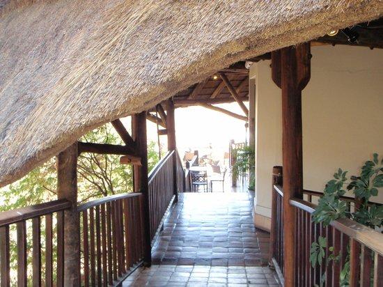 Victoria Falls Safari Lodge: walk to bar