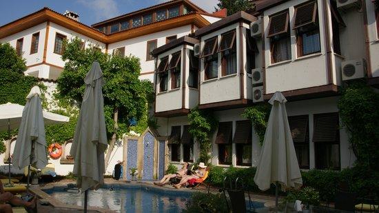 Hotel Aspen: Innenhof mit Pool