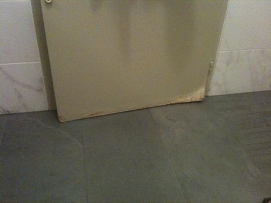 Hotel 33 : roten door in the new bathroom