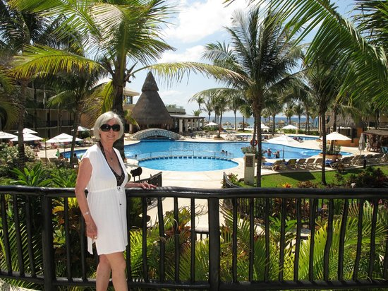 Catalonia Riviera Maya: Just getting ready to get into one of the swim-up bars.