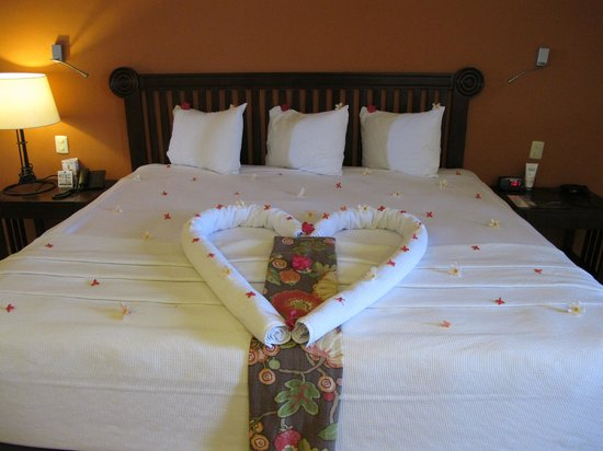 Catalonia Riviera Maya: Our bed was made every day with a wonderful display.