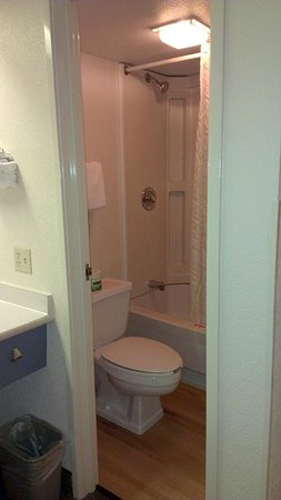 Red Roof Inn Benton Harbor St. Joseph: Bathroom Photo by Jets Like Taxis