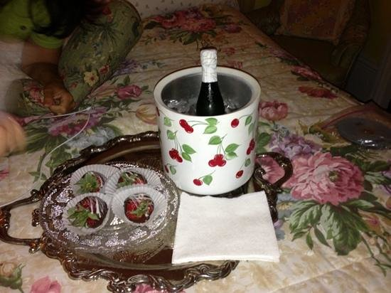 Mistletoe Bough Bed and Breakfast: Wine and chocolate-covered strawberries