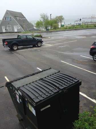 Trade Winds Inn: Ocean-view once you look past the dumpster!