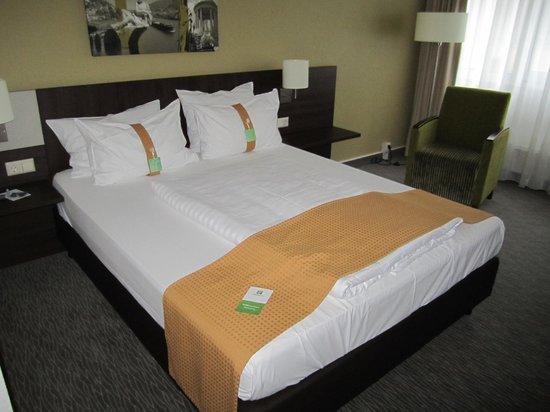 Leonardo Hotel Heidelberg-Walldorf: Geräumiges Bett