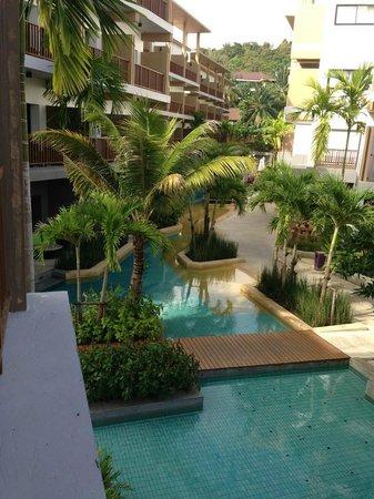 Deevana Plaza Krabi Aonang: มองจากห้องพักสู่สระว่ายน้ำ