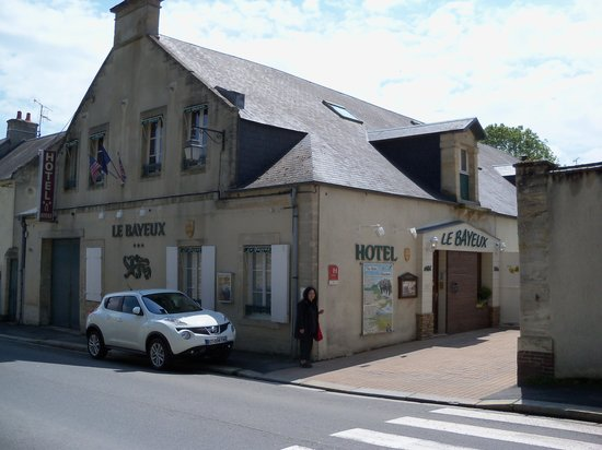 Hotel Le Bayeux : Street view of hotel